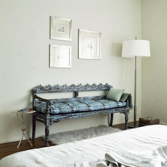 schlafzimmer-bank-weiße-bilder-darüber