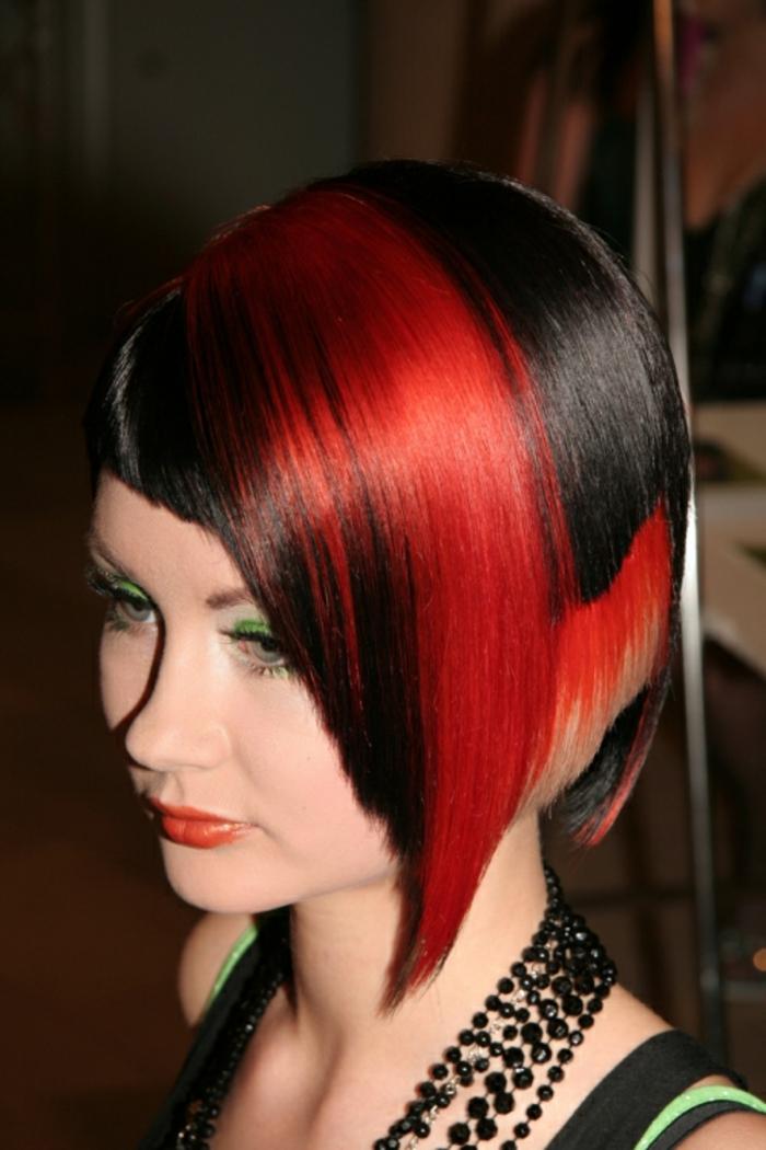 schwarz-rote-haare-sehr-extravagante-haarfrisur