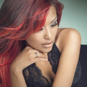 Schwarz-rote Haare sehen cool aus!