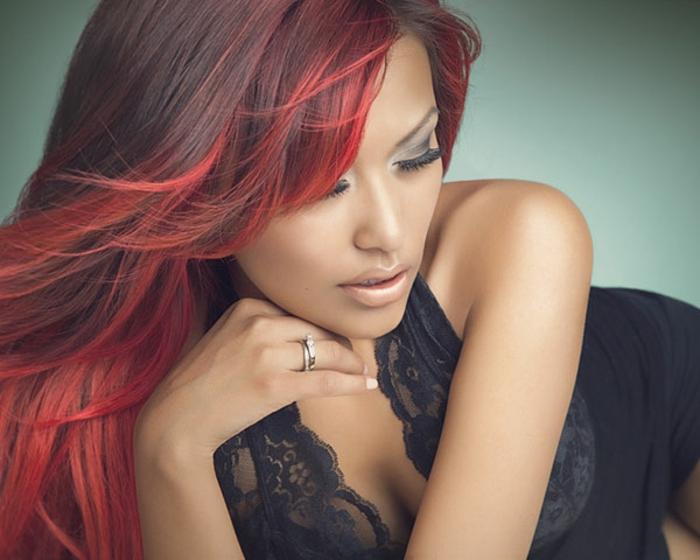 schwarz-rote-haare-wunderschöne-elegante-dame