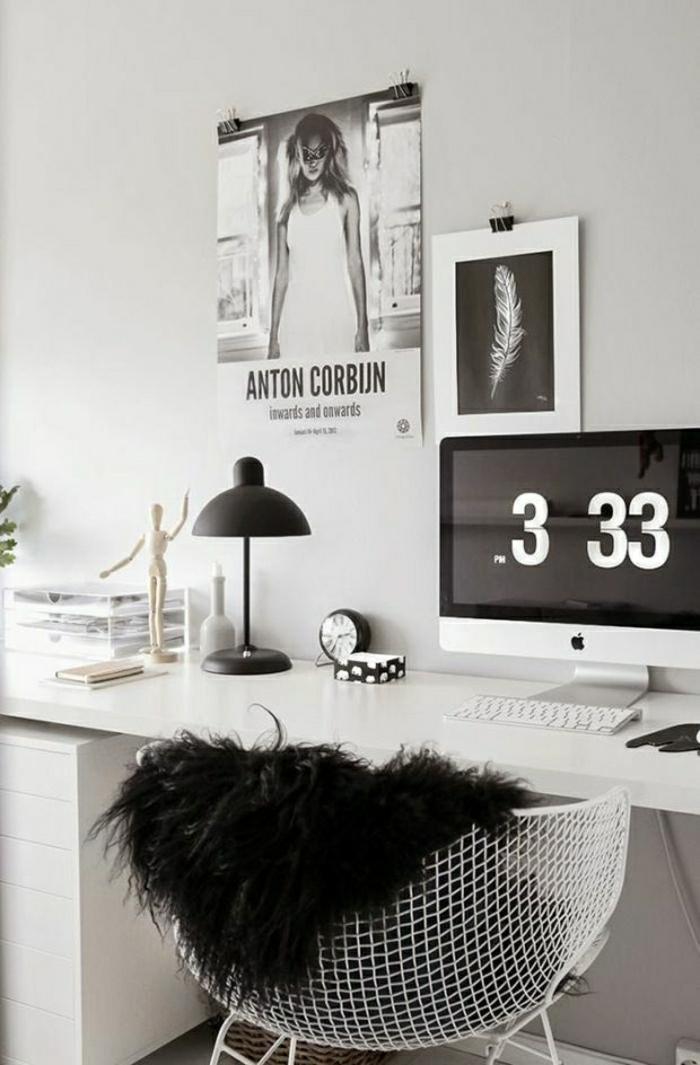 schwarz-weißes-Design-Büro-Designer-Schreibtisch-Sessel-schwarze-Leselampe-Wecker-Computer-Fotos