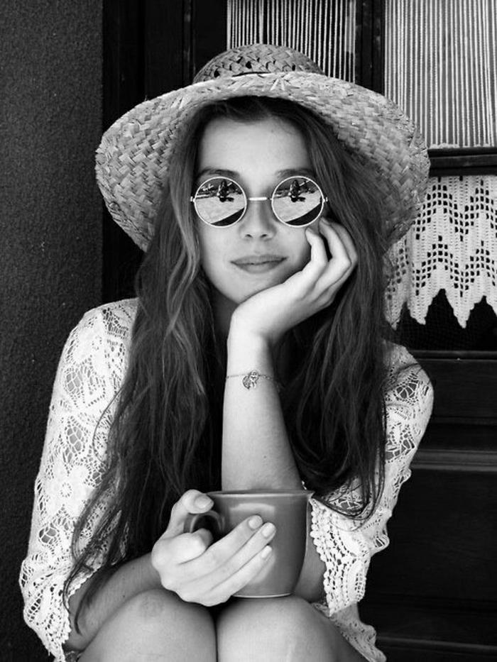 schwarz-weißes-Foto-Mädchen-spitzenkleid-sommerhut-damen-Krempe-runde-retro-Sonnenbrille-Kaffeetasse