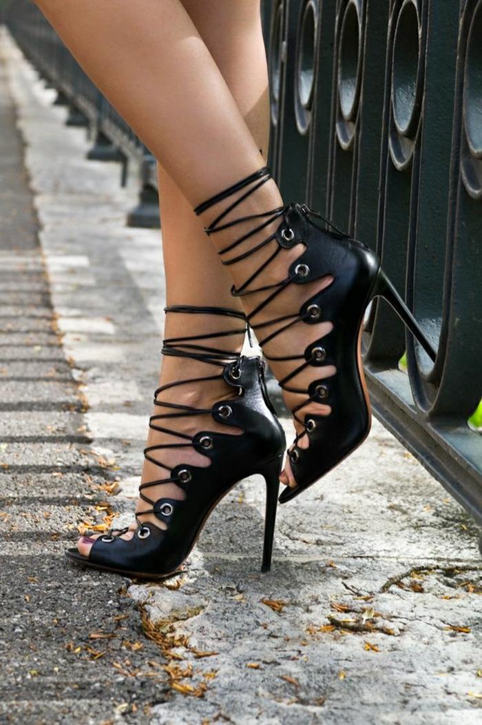schwarze-Leder-Sandalen-hoher-Absatz-Schnürband-weinroter-Nagellack-elegant-exquisit
