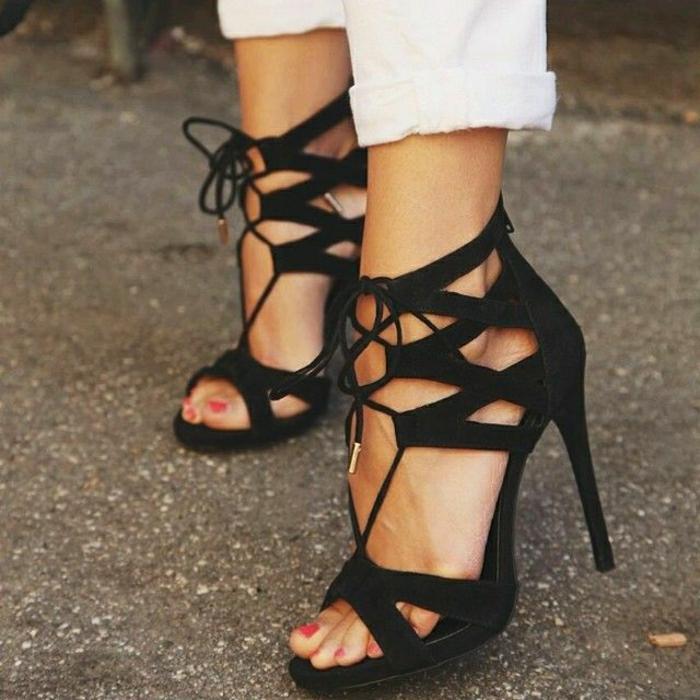 schwarze-Sandalen-Absatz-Schnürband-weiße-Hosen-roter-Nagellack