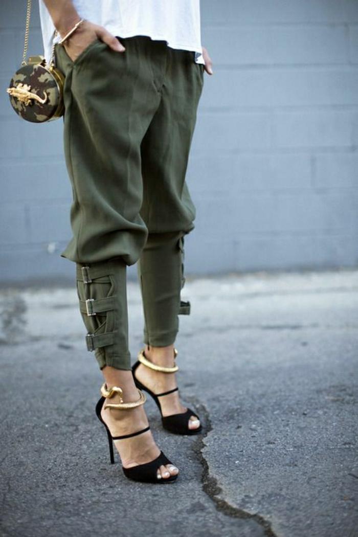 schwarze-Sandalen-Absatz-goldenes-Knöchel-Armband-Schnecke-grüne-militärische-Hosen-kleine-Tasche-goldene-Eidechse-weiße-T-Shirt-stilvoll