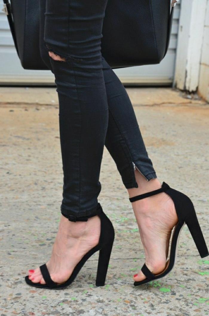 schwarzer-Outfit-elegante-Sandalen-Absatz-roter-Nagellack-schwarze-Jeans-Zipp-zerrissene-Knien-schwarze-Tasche