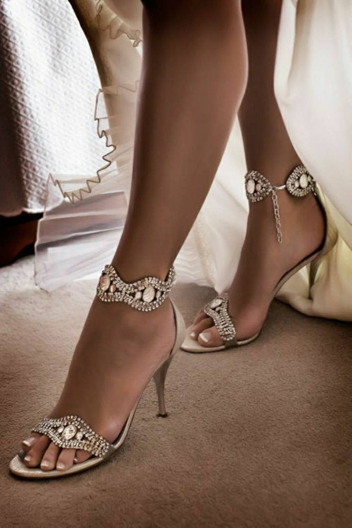 silberne-Sandalen-Absatz-dekorative-Steine-Kristalle