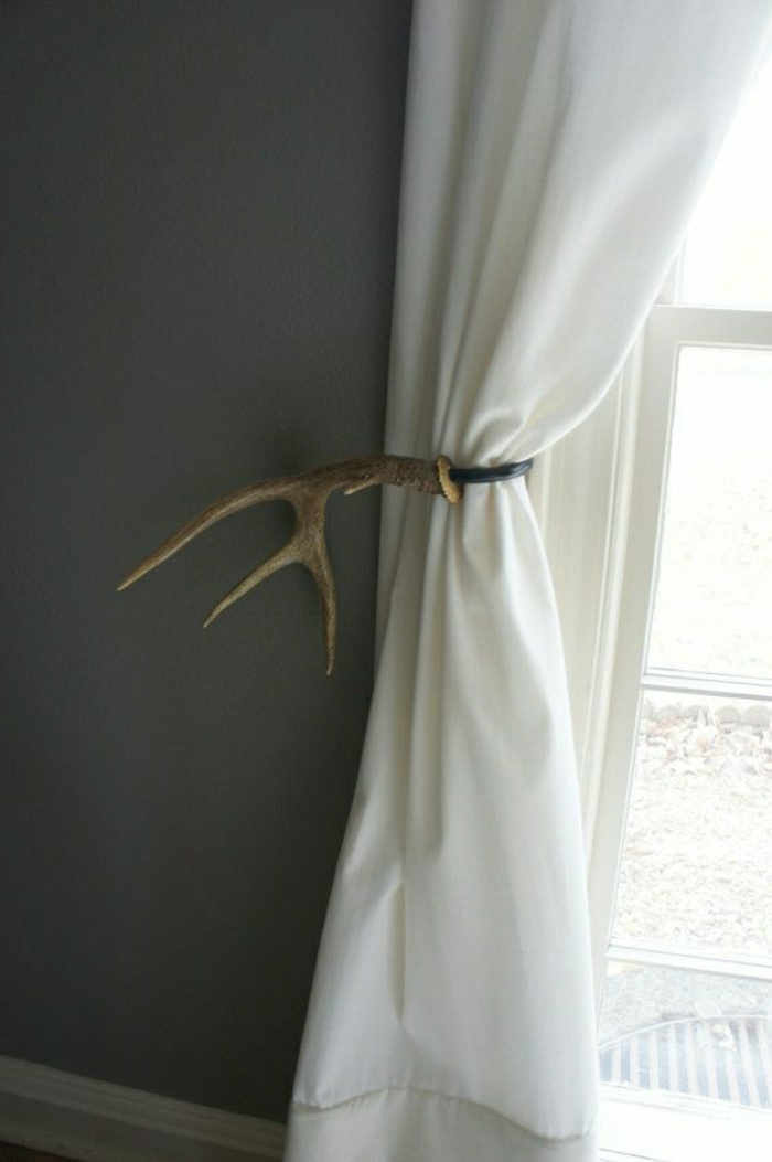 simple-weiße-Gardinen-Geweih-Ring-graue-Wand-Fenster