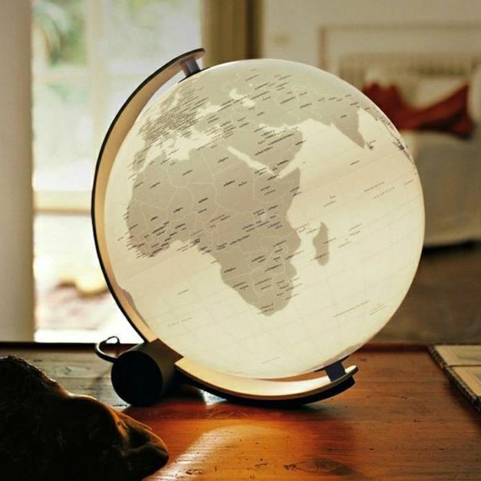 simple-weiße-Nachttischlampe-Leselampe-beleuchteter-Globus