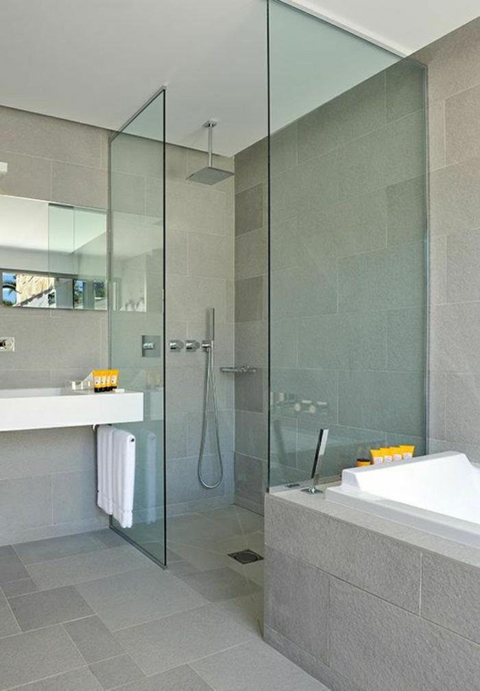 simples-Badezimmer-Design-Boden-Wände-Stein-grau-Badewanne-gläserne-Duschabtrennung