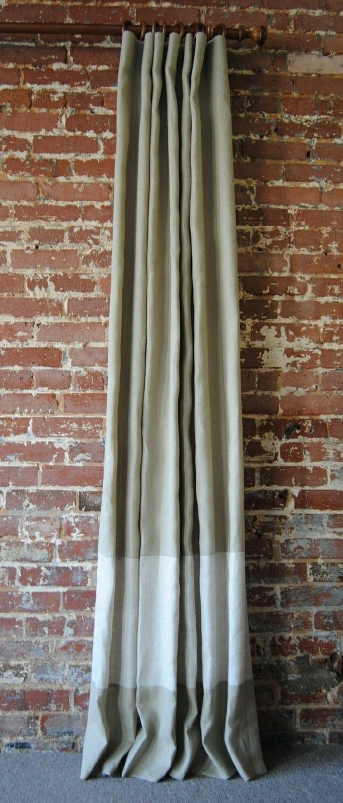 simples-Modell-Vorhang-Textil-grün-beige-Ziegelwand