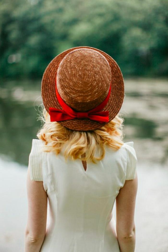 sommerhut-damen-rotes-Band-weißes-Kleid