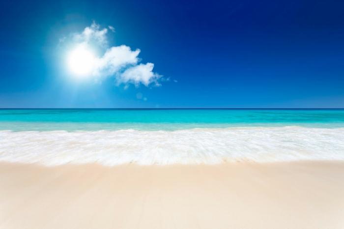 sonne-und-strand-herrlicher-blauer-himmer