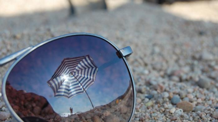 sonne-und-strand-sonnenbrillen-foto-von-nahem-gemacht