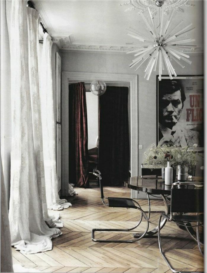 stilvolles-Esszimmer-lange-Vorhänge-weiß-Poster-Kronleuchter-interessantes-Design