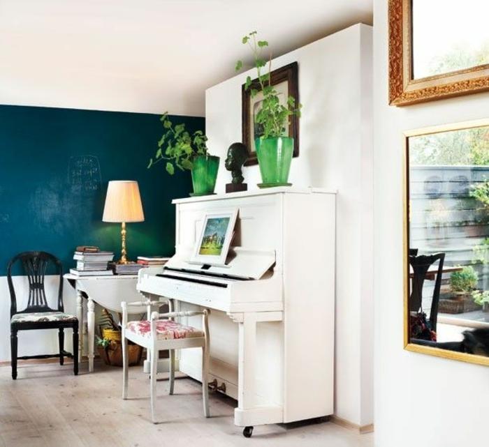 schwedisches-Design-weißes-Klavier-grüne-Blumentöpfe-Hocker-Stuhl-schwarze-Tafel