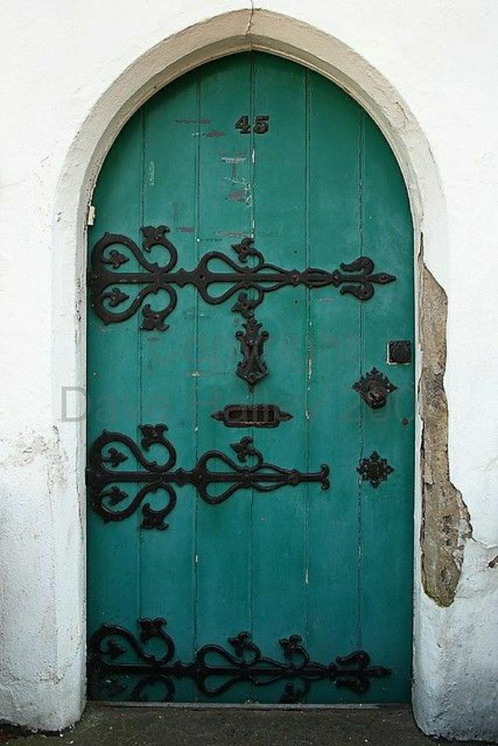 türkis-Farbe-Haustür-schwarze-Ornamente-aristokratisch