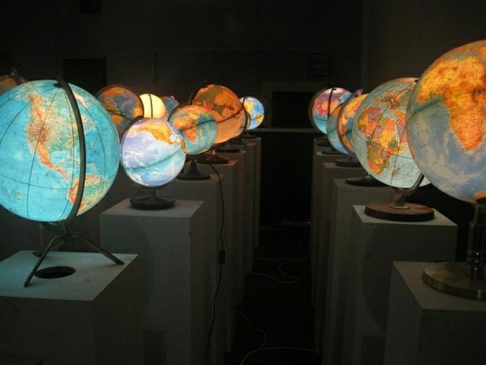 verschiedene-beleuchtete-Globen-Nachttischlampen-Leselampen