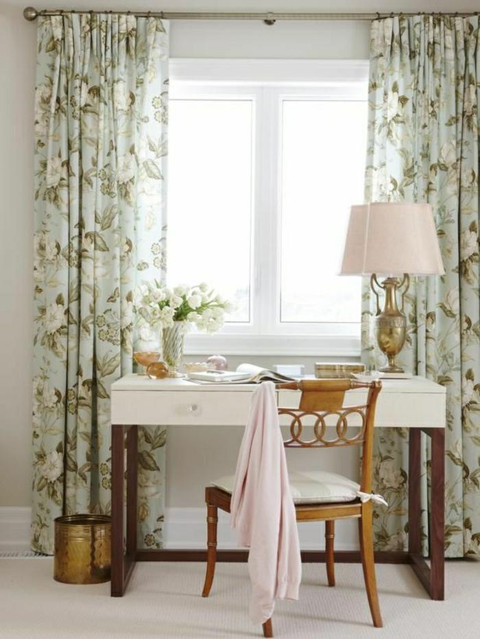 vintage-Design-Gardinen-Blumen-Muster-Schreibtisch-retro-Stuhl-weiße-Tulpen-rosa-antike-Lampe