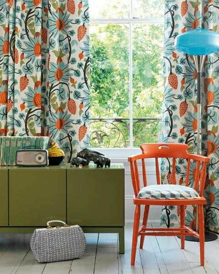 vintage-Design-grüner-Schrank-orange-Stuhl-Radio-blaue-Stehlampe-Gardinen