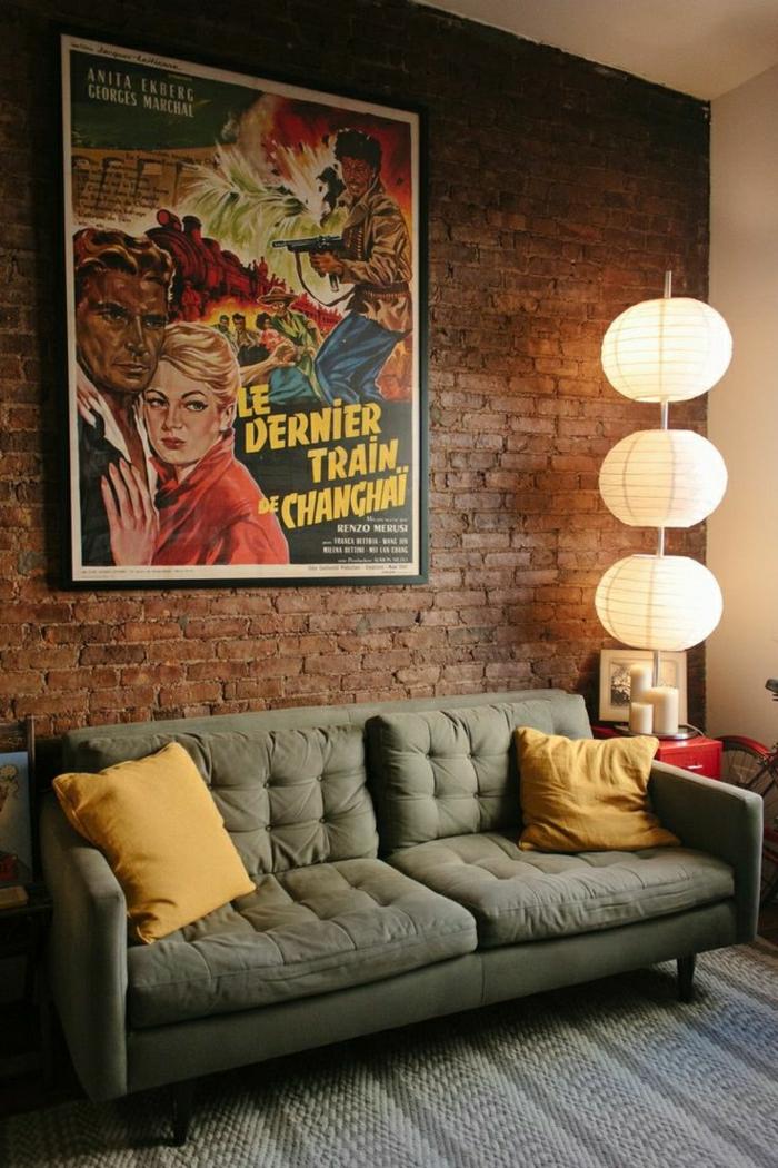 vintage-EInrichtung-Sofa-Ziegelwände-Poster-Wanddeko-Papierlampen