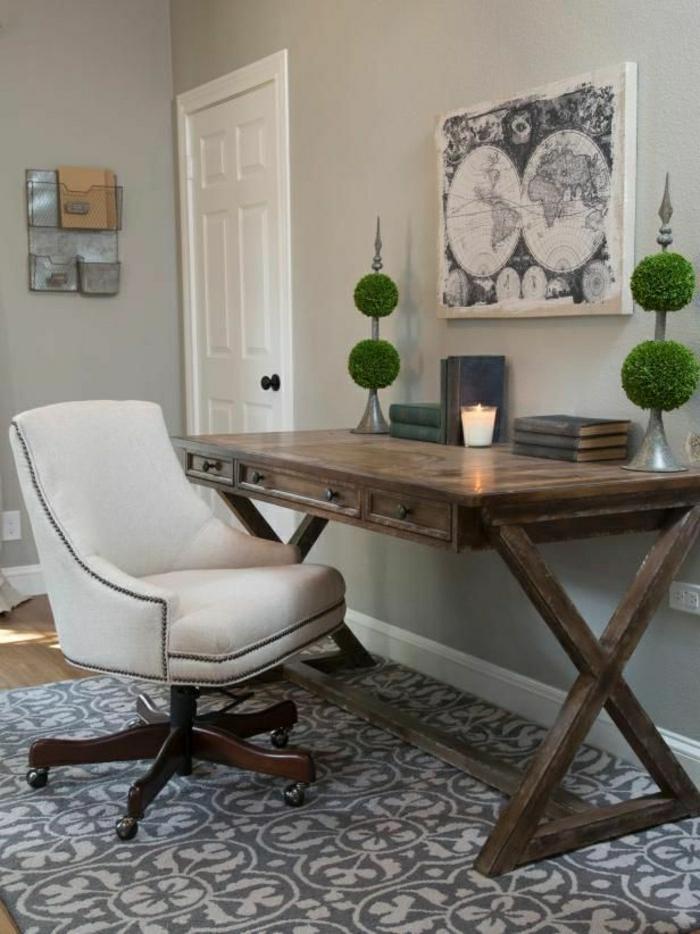 vintage-Gestaltung-Teppich-Sessel-hölzerner-Schreibtisch-Schubladen-Kerze-Bücher-Bild-Weltkarte