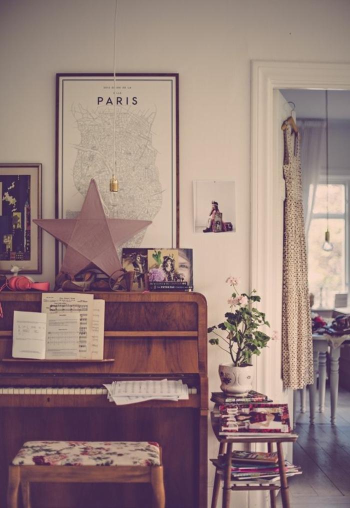vintage-Klavier-Hocker-Bücher-Blumentopf-Notenblätter-Stern-Bilder-Kleid
