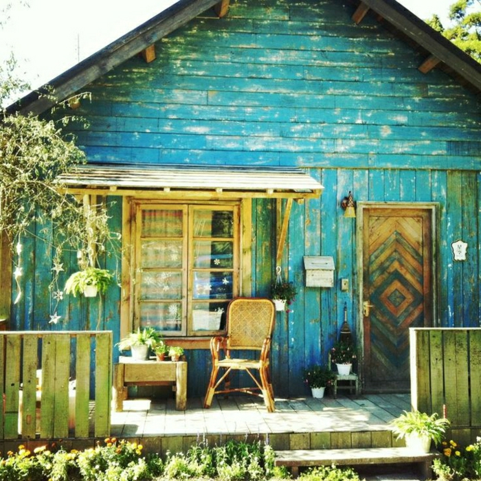vintage-Sommerhaus-Holz-alte-Haustür-Veranda-romantisch-exotisch