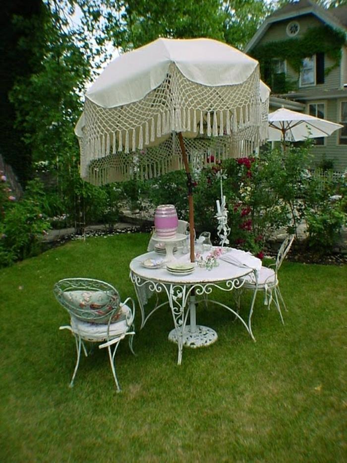 vintage-Sonnenschirm-Garten-weiß-Strickerei-Gartenmöbel-Schmiedeeisen-Gras-Rosen