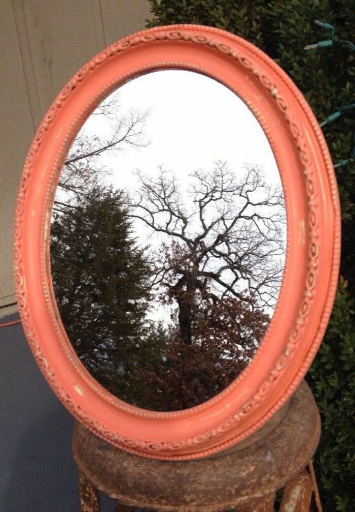 vintage-Spiegel-Rahmen-Koralle-Farbe-oval-shabby-chic-Stil-Ornamente-Spiegelung-Bäume