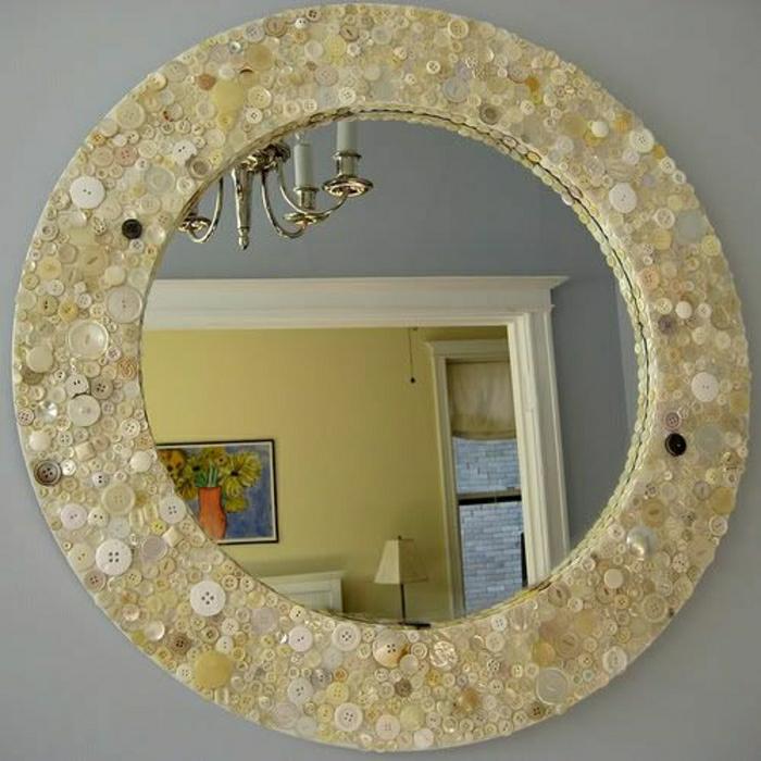 vintage-Spiegel-Rahmen-rund-goldene-Nuancen-Knöpfe-interessant-schön