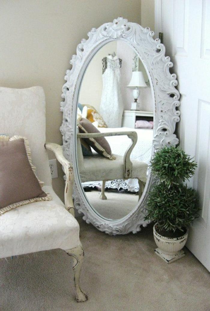 vintage-Spiegel-Rahmen-weiß-Ornamente-Blumentopf-Sessel-braunes-Kissen