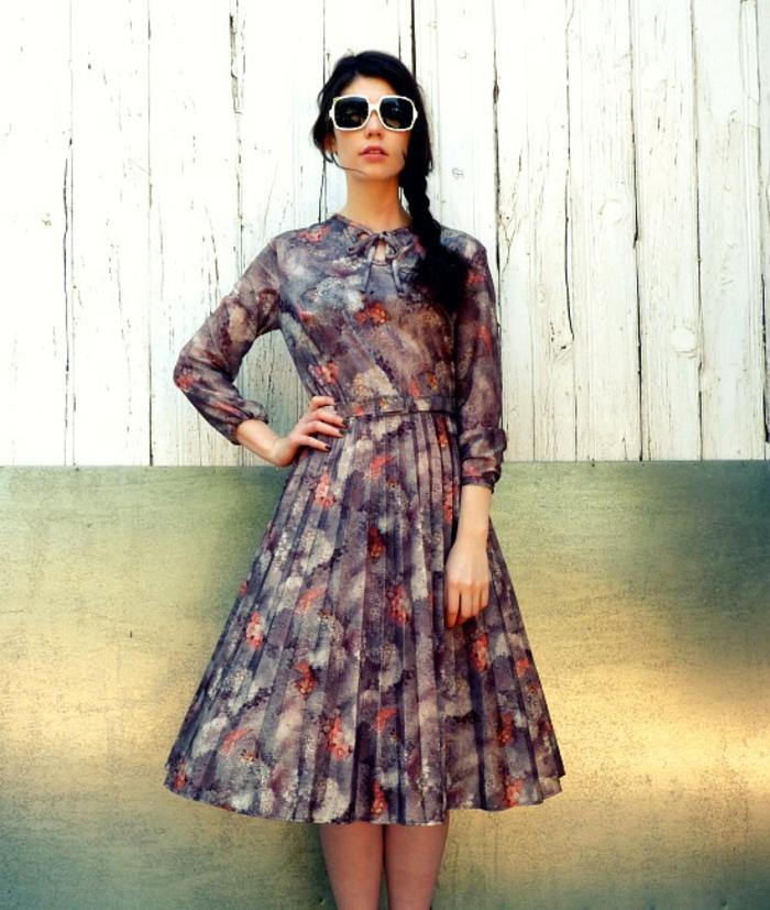 vintage-kleider-eine-sehr-süß-aussehende-frau