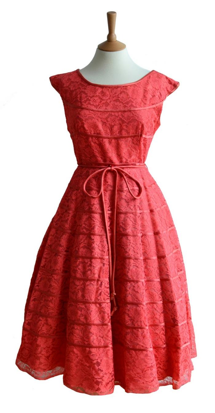vintage-kleider-interessantes-foto-von-einem-roten-kleid