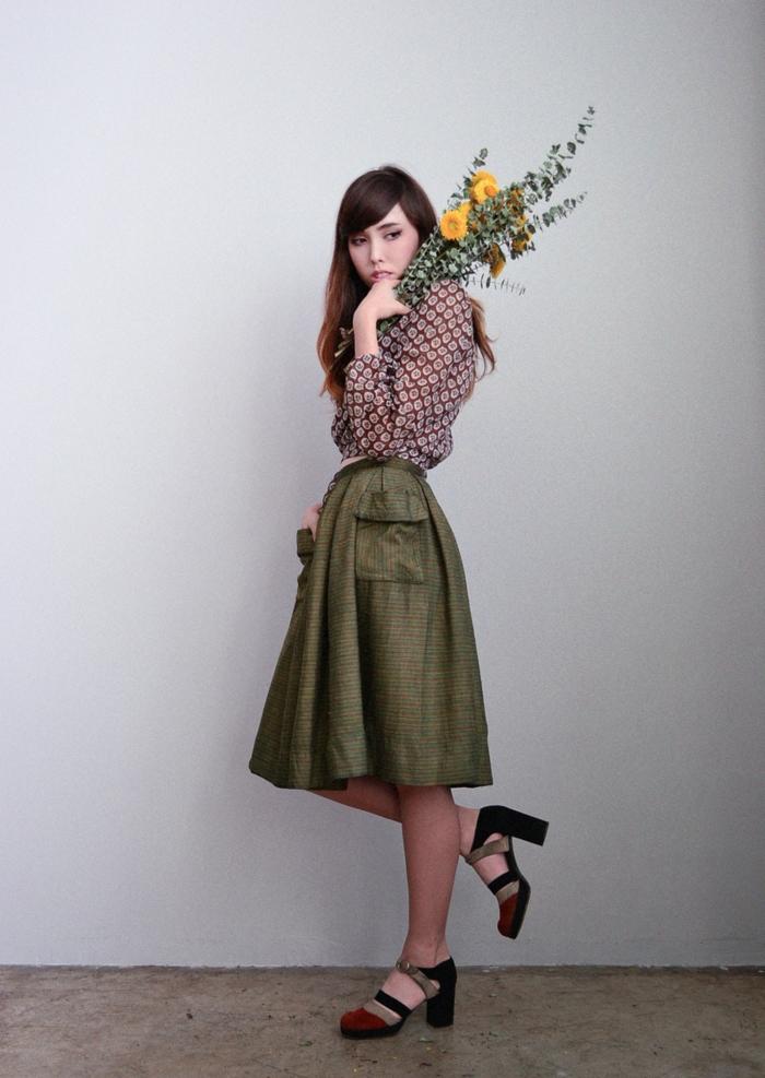 vintage-kleider-mädchen-mit-einem-blumenstrauß