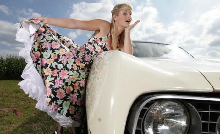 vintage-kleider-super-aussehen-frau-mit-auto
