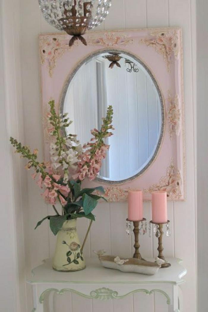 vintage-rosa-Rahmen-ovaler-Spiegel-Kronleuchter-Kristalle-Vase-Blumen-rosige-Kerzen-hölzerne-Kerzenhalter-Toilettentisch-shabby-chic-Stil