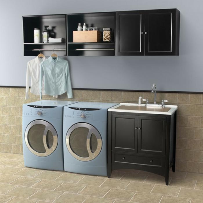 waschbecken-für-waschküche-neben-zwei-blauen-waschmaschinen