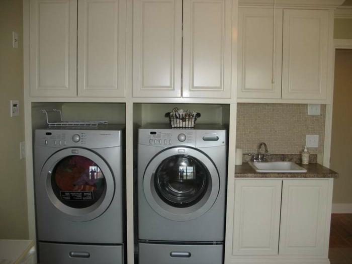 waschbecken-für-waschküche-neben-zwei-waschmaschinen