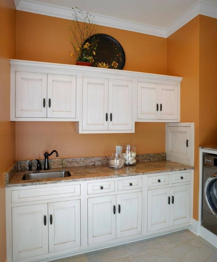 waschbecken-für-waschküche-orange-wandgestaltung