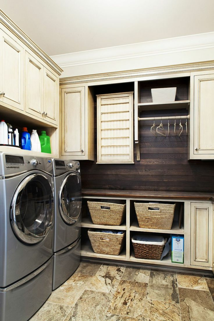waschbecken-für-waschküche-viele-regale-mit-tüchern