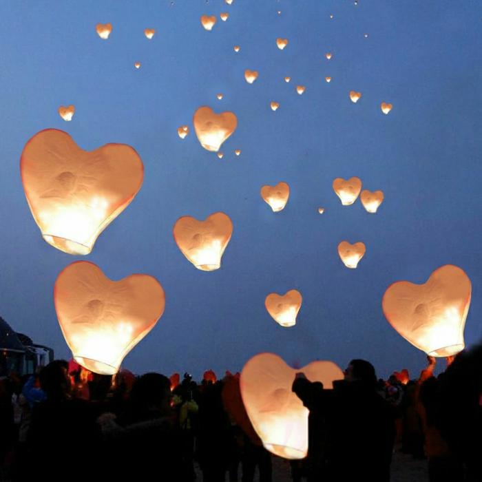 weiße-Himmelslaternen-Himmel-fliegend-Herzen-Form