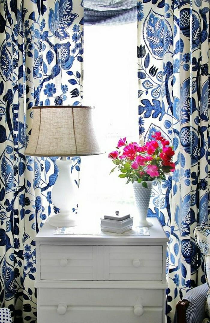 weiße-Kommode-Nachttischlampe-rosa-Blumen-weiß-blaue-Gardinen-romantisch