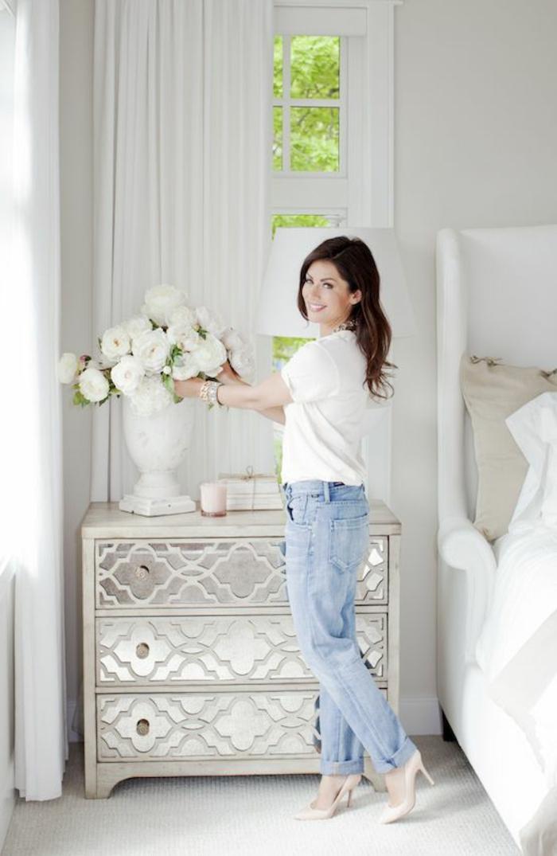 weiße-möbel-eine-frau-im-schlafzimmer