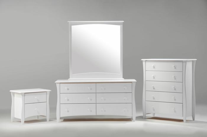 weiße-möbel-spiegel-und-kommode