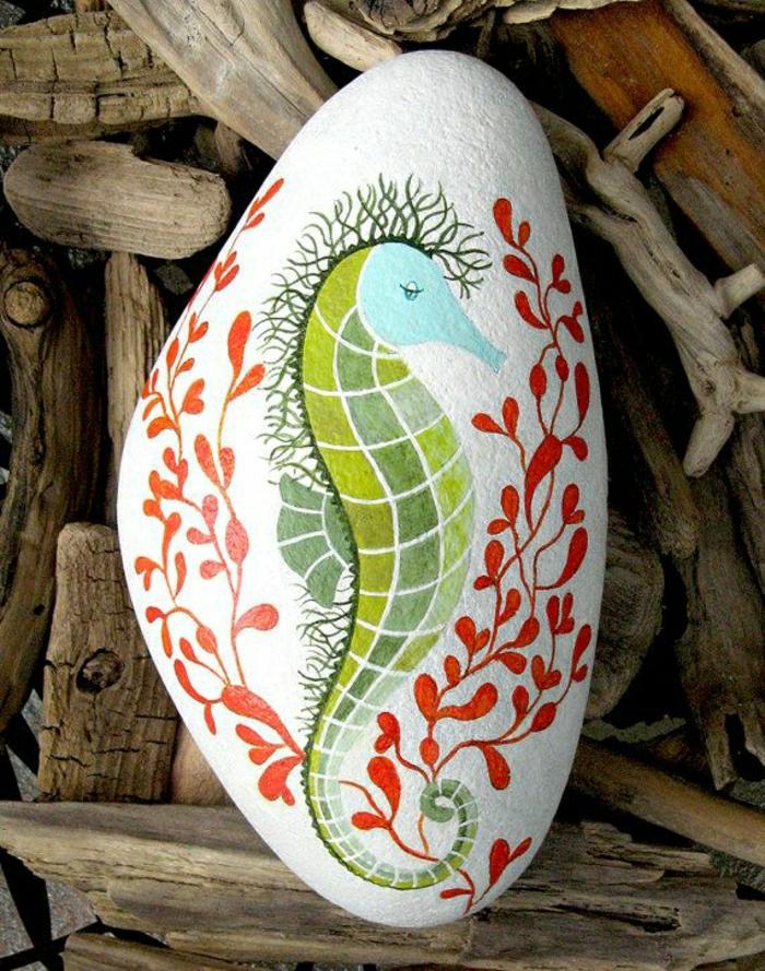 weißer-Stein-handgemalt-Zeichnung-Seepferdchen-Wasserpflanzen