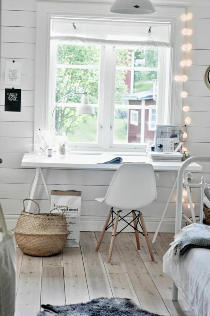 weißes-Arbeitszimmer-simpler-Schreibtisch-Stuhl-Rattankorb-Fenster-Papierlampen