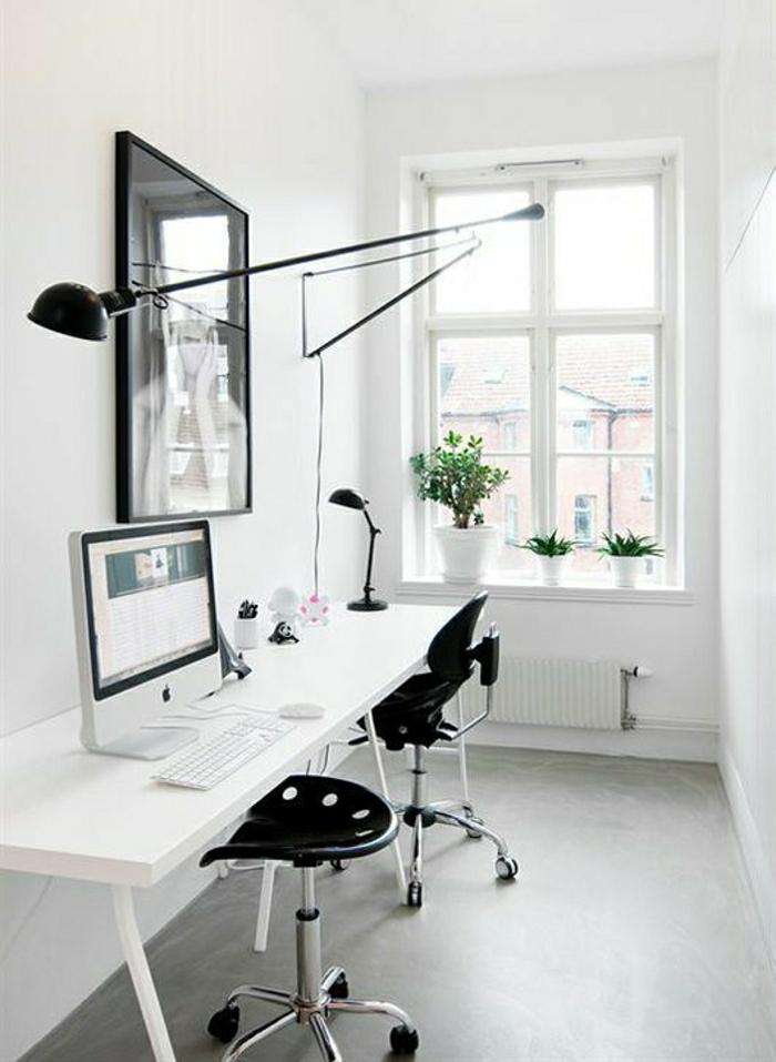 weißes-Büro-minimalistisches.Design-Schreibtisch-Hocker-Stuhl-Computer-Lampen-Bild-Fenster-Blumentopf