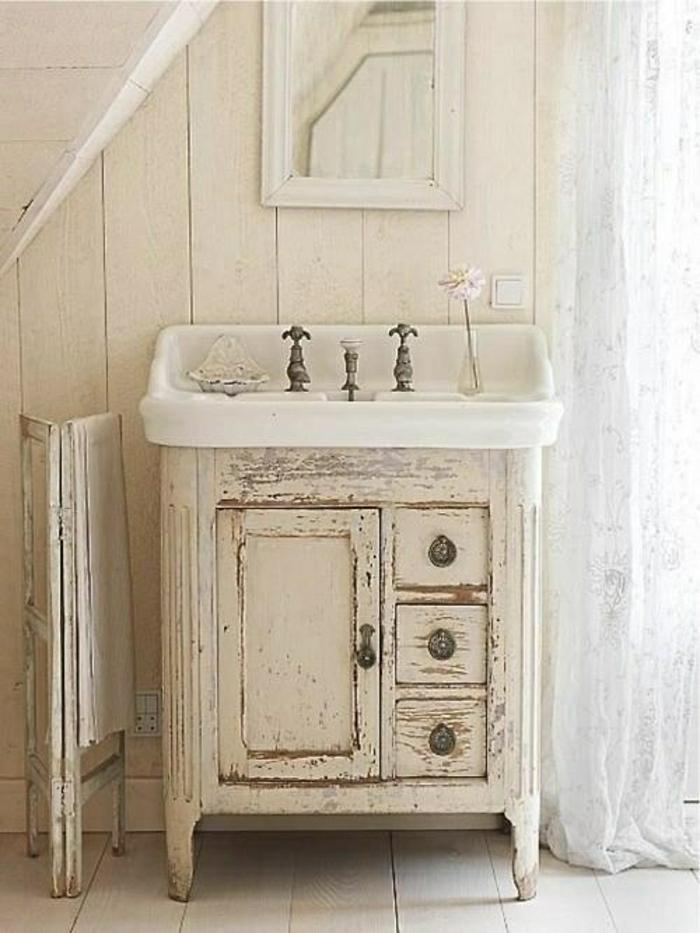 weißes-Badezimmer-rustikale-Möbel-Unterschrank-veraltet-Waschbecken-Spiegel-Blume
