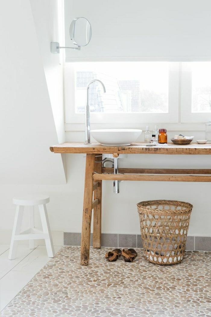 weißes-Badezimmer-rustikale-Möbel-hölzerner-Tisch-Waschbecken-SPiegel-Steinboden-Rattankorb